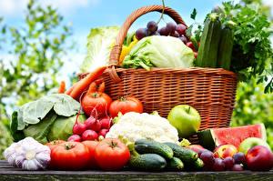Фотография Овощи Капуста Томаты Огурцы Чеснок Яблоки Сливы Фрукты Корзинка Продукты питания