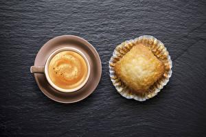 Обои Кофе Выпечка Капучино Черный фон Чашка Блюдце Еда фото