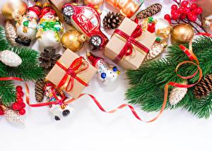 Фото Праздники Новый год Ветки Подарки Шар Лента Коробка Шишки