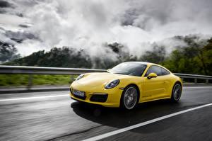 Обои Porsche Металлик Желтая Движение 2015-16 911 Carrera 4S Coupe (991) авто