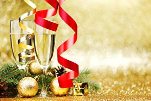 Обои Праздники Новый год Шампанское Бокалы Лента Шарики Еда фото