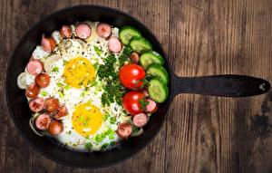 Фото Овощи Колбаса Яичница Доски Сковородка Завтрак Еда