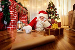 Фотографии Праздники Новый год Санта-Клаус Шапки Новогодняя ёлка Подарки Очки Бумага Фонарь