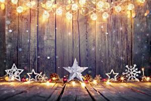 Обои Праздники Новый год Доски Гирлянда Снежинки Шарики Шишки Звездочки фото