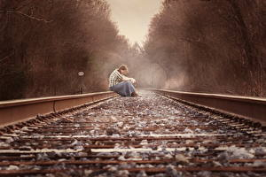 Фотография Железные дороги Камни Рельсах Сидя молодые женщины