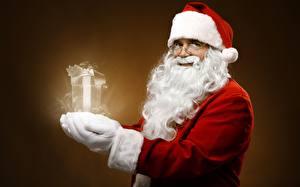 Обои Новый год Праздники Дед Мороз Борода Шапки Подарки фото