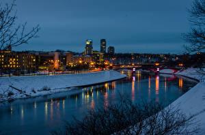Фото Вильнюс Литва Дома Речка Зима Мосты Снегу Ночь Водный канал город