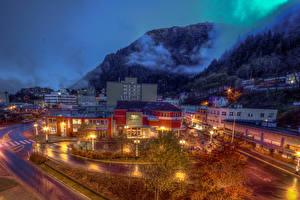 Обои США Горы Дома Аляска Ночь Уличные фонари Juneau Города фото