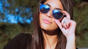 Обои Очки Руки Волосы Шатенка Отражение Девушки фото