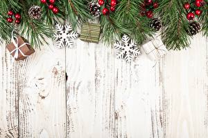 Обои Новый год Праздники Ветки Доски Снежинки Шишки Шаблон поздравительной открытки фото