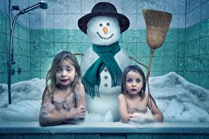 Обои Креативные Девочки 2 Ванная Снеговика Шляпа Пене Дети Юмор