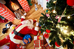 Обои Новый год Праздники Елка Дед Мороз Униформа Подарки Гирлянда Камин фото