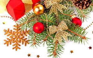 Картинки Праздники Новый год Белый фон Ветки Снежинки Шарики Бантик