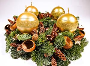 Картинки Праздники Рождество Белый фон Ветвь Шишки Шар