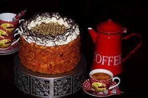 Фото Сладкая еда Торты Чайник Кофе Черный фон Чашке Пища
