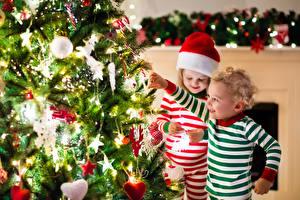 Обои Праздники Новый год Мальчики Девочки Елка Гирлянда Шапки Дети фото