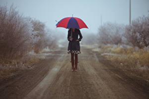 Обои Дороги Грязь Сапогов Зонтик молодые женщины