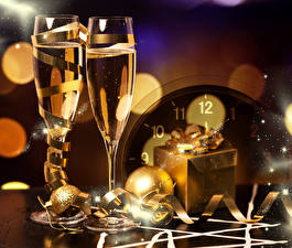 Картинка Праздники Новый год Игристое вино Бокалы Шар Подарки Лента Продукты питания