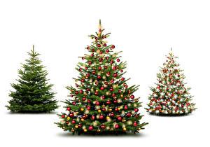 Обои Новый год Белый фон Елка Трое 3 Шарики фото