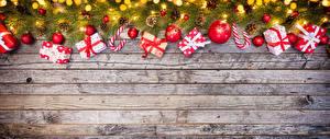 Обои Новый год Доски Ветки Подарки Шарики Гирлянда Шаблон поздравительной открытки фото