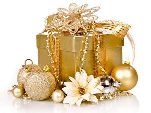 Фото Рождество Украшения Белый фон Подарки Шар Коробка Золотой