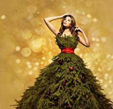 Фотографии Новый год Шатенка Платье Новогодняя ёлка Ветки Шар Девушки