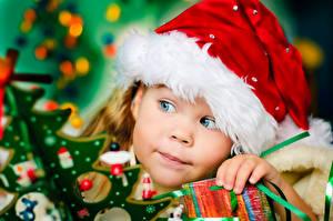 Фотографии Праздники Новый год Девочка Шапки Смотрят Лица Дети