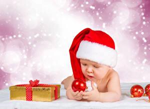 Фотография Праздники Новый год Младенца Шапка Подарков Шарики Дети
