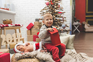 Картинка Праздники Новый год Мальчишка Подарков Младенцы Новогодняя ёлка 2017 Дети