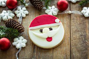 Обои Новый год Печенье Доски Дед Мороз Шишки Снежинки Шарики Усы человека Еда фото
