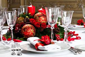 Фотографии Новый год Праздники Накрытия стола Шарики Тарелка Бокалы Продукты питания