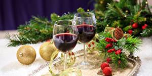 Обои Праздники Новый год Вино Бокалы Двое Шарики Ветки Еда фото