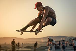 Картинка Роликовая доска Мужчины Прыгает Кепке спортивные
