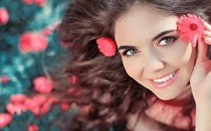 Обои Лицо Улыбка Шатенка Взгляд Девушки Цветы фото