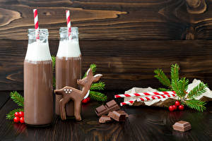 Обои Новый год Шоколад Напитки Олени Какао напиток Доски Бутылка Двое Ветки Еда фото