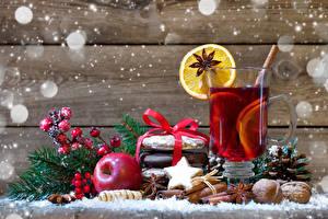 Фото Рождество Напитки Печенье Яблоки Лимоны Орехи Корица Доски Стакан Ветки Снежинки