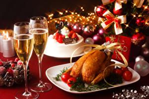 Фотографии Рождество Накрытия стола Вино Курица запеченная Торты Томаты Шампанское Бокалы Шарики Пища