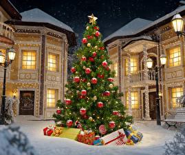 Обои Новый год Дома Зима Елка Подарки Снег Ночь Уличные фонари Города фото