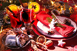 Обои Новый год Сервировка Вино Выпечка Сладости Орехи Корица Бокалы Тарелка Еда фото