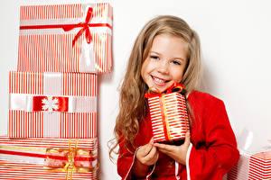 Картинки Новый год Белый фон Девочки Улыбка Подарки Милые Дети