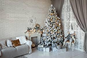 Фотография Новый год Комната Диван Елка Подарки Из кирпича Стена