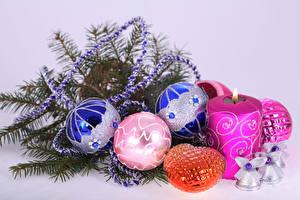Картинки Новый год Свечи Цветной фон Ветки Шарики