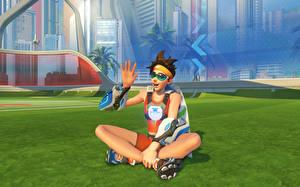 Обои Overwatch Сидит Газон Tracer Игры Девушки фото
