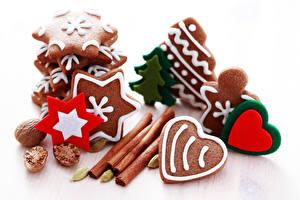 Обои Новый год Печенье Корица Орехи Белый фон Дизайн Сердце Снежинки Еда