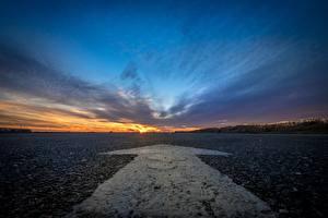 Обои Небо Рассветы и закаты Дороги Асфальт Стрелка (символ) Природа фото
