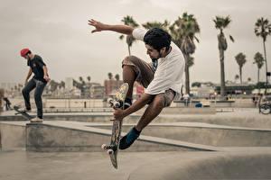 Картинки Роликовая доска Мужчины В прыжке спортивная
