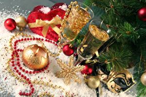 Обои Новый год Праздники Шампанское Свечи Бокалы Шарики Снежинки бусы Еда