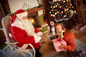 Обои Новый год Дед Мороз Подарки Девочки Униформа Кресло Камин Дети фото