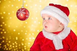 Картинка Рождество Грудной ребёнок Шарики В шапке Взгляд Снежинка ребёнок