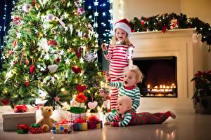 Фотография Праздники Новый год Мальчишка Девочки Младенцы Втроем Елка Подарок Камин ребёнок